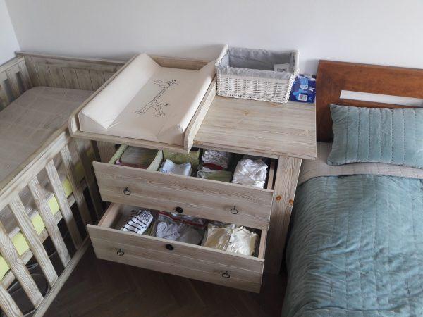 Łóżeczko drewniane, Przewijak. miejsce do spania, sen niemowlaka